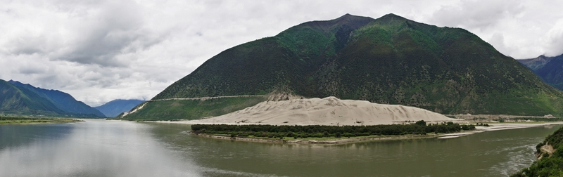 View of the sand dune from the other side of Yarlung Zangbo River